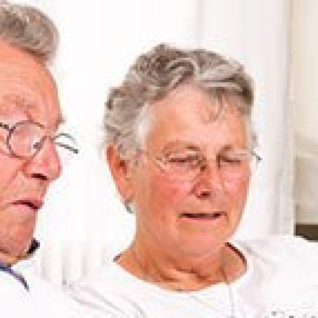 Een ouder echtpaar op internet.