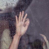 vrouw die verdriet heef